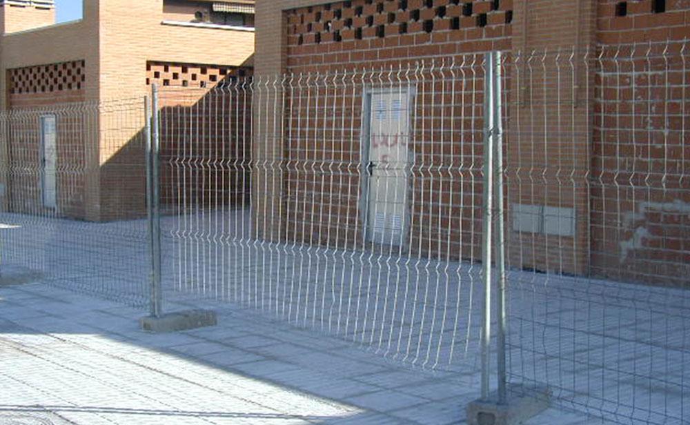 Valla metalica con portes y pies de hormigon